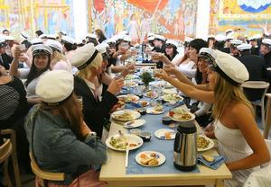 I skolmatsalen var det dukat till fest.