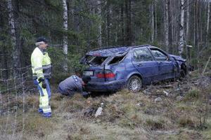 Bilen hamnade i terrängen och blev totalförstörd när den körde av E4 i Jättendal.