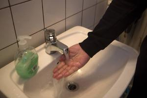 Kallt till ljummet vatten rinner ur kranen i annexbyggnaden på asylboendet.