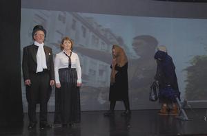Framför projicerade fotografier av bland andra Hitler vandrar flyktingar över scenen samtidigt som Eva Erkers och Hans-Erik Bergman sjunger