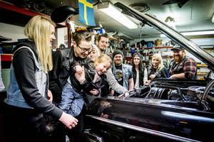 Några ur gänget i R.R.U är samlade kring Mathilda Ivansens Chevrolet Impala från 1964. Från vänster: Isabelle Bergman, Fredrik och Nova Sjöqvist, Mikaela Hofling, Jonas Olsson, Emil Wickberg, Mathilda Ivansen, Madelen Sandlund och Alexander