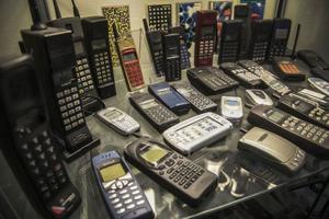 En hel samling mobiltelefoner på kontoret visar 30 års utveckling.