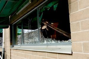 Under natten till 10 april sattes Svarte jägaren i brand. I dag åtalas de båda restaurangägarna för anstiftan av grov mordbrand.