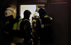 Ett stort polisuppbåd undersökte mc-klubben Solidos lokal på Hacksta på lördagskvällen.