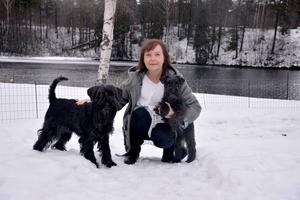 Lena Andersson tillsammans med sina två hundar, Juni snart fyra år och Trolla åtta månader. Juni är färdigutbildad och Trolla är just nu under utbildning.