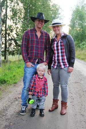 Per Jonsson och Mathilda Cavallin med sonen Zigge.