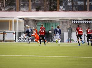Förre Mjällbybacken Robin Cederberg slår in straffen som gav gästerna 1–0.