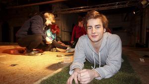 Filip Jerlin är skådespelare och scenbyggare.