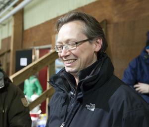 Jan Grannäs tittar på medan fyraårige sonen David tog sin första skridskolektion samtidigt som sexåriga dottern Sofia övade konståkning.