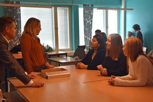 Per Nylén och  Johanna Jaara Åstrand diskuterar med eleverna Negar Sadat, Maja Mårtensson och Tuva Bodén på Geneskolan.