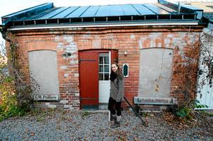 Vill bygga till. Anna Lunander och Göran Grufman äger sedan ett par år tillbaka ett bed & breakfast vid Slussen. Nu har de planer att bygga till ett kafé. Anna syns här vid den gamla smedjan som byggts om till uthyrningsrum. Notera de gamla skyltarna vid tegelväggen, från den tiden när det fanns tvätteri och smedja på tomten vid ån.