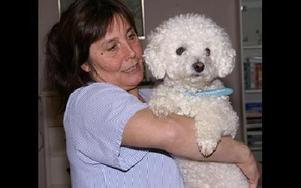 Casper är en snäll hund men nu vill han  skälla ut politikerna som förstör hans arbetsmiljö. Sussie Back kramar om.