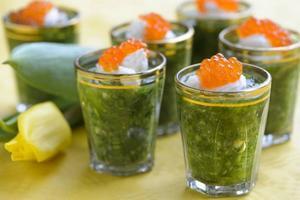 Rucolashots med pepparrotsvisp och forellrom serveras i små glas. Smakrikt och smått.