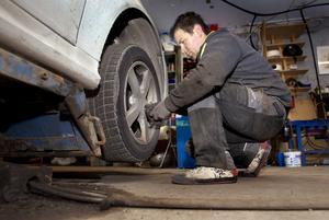 Dags för sommardäck. Säsongen har börjat på bilservice. Däckmontören Vasko Stojanoski tar loss ett vinterdäck.Foto: Rune Jensen