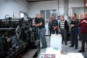 FRUKOSTMÖTE. Mats Holmgren, på S-Tryck i Skutskär, visar en gammal cylinder som används i produktionen för de 20-tal företagare vid kommunens frukostmöte.