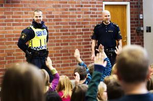 Örnsköldsvikspoliserna Jimmy Kavenstrand och Joakim Arican besökte Mellanselskolan och pratade trafiksäkerhet.