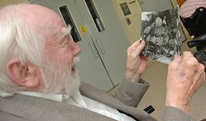 ROLIGA BILDER. Rolf Runmo, 88, skrattar glatt åt skrytbilden från Amerika med jättestora kålhuvuden. Hans fyra morbröder emigrerade till Amerika.
