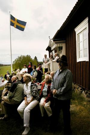 Per-Gunnar Hansers, närmast i bild, ringde in nationaldagen vid hälsingegården Löka innan Ulla Hansers hälsade alla välkomna.