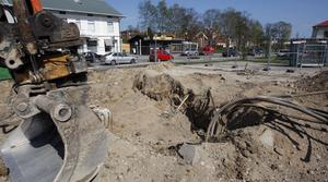 Miljöfarligt avfall i jorden grävs upp.