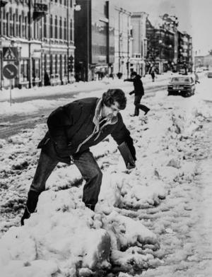 Sundsvallsprofilen Janne Johansson har problem med snövallarna på Köpmangatan 1981.