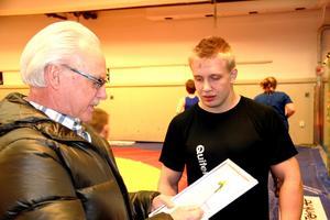 Christian Nielsen fick ta emot Lions clubs Ungdomsidrottstipendium vid träningen i torsdags kväll.