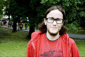 För att få ansöka om att byta juridiskt kön i Sverige krävs att man har fått diagnosen transsexuell. Det krävs också att man är över 18 år, ogift, steriliserad och svensk medborgare. Detta enligt en lag från 1972. Immanuel Brändemo hoppas på en ny lag som gör det lättare för transsexuella och andra transpersoner att få den könskorrigerande vård de behöver.