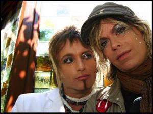 Skivdebuterande glamrockarna Supergroupies sångare Kim Simon och trummisen John Linden.