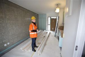 Nästan klart.  De nybyggda lägenheterna har ytterdörr i ena änden av lägenheten och fönster och badrum i andra änden och ett pentry på mitten. Petra Åhlund, projektutvecklare på Öbo visar.