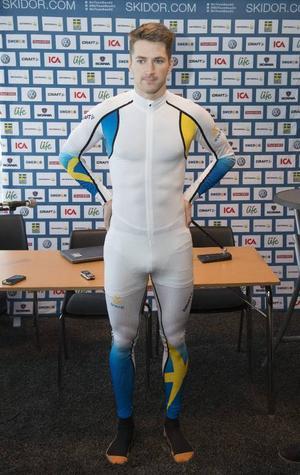 Teodor Peterson iklädd den svenska skiddräkten som kommer att gälla under OS i Sotji.