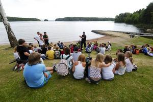 Barnen tvingades evakuera när Hellmansö började brinna. Ännu vet man inte varför branden startade. Foto: Kjell Jansson