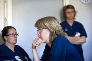 Vi är ju chockade, säger barnavdelningens chef Ann-Christin Larsson. Lisa Hansson, Annika Strandberg och Gullan Andersson diskuterade nedläggningsförslaget i fikarummet i torsdags.