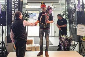 Jesper Persson tar emot diplom och blommor