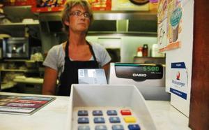 kortlag DRABBAR SMÅHANDLARE. Catharina Löfström på Bennys Grill i Tierp måste från och med söndag be kunder att handla deras cigaretter med kontanter. Annars går de med förlust.