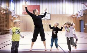 Dansaren och pedagogen Elin Kristoffersson håller workshop under poesifestivalen, här med barn på Helgums skola.