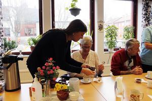 Laila Dahlgren får hjälp av Sara Böhm vid fikastunden.