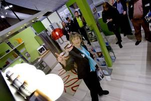 byt lampor. Berit Carlsson från Energimyndigheten visar ett energismart hus på Bomässan i Gävle. Byter man ut vanliga glödlampor mot lågenergilampor kan man spara flera hundra kronor per år.