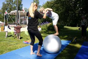 LT hade anlitat Cirkus Kul och Bus för att locka unga. Cirkusledaren Anna Stafverfeldt lärde bland andra Maloua Bäckman grunderna i att balansera på klot.
