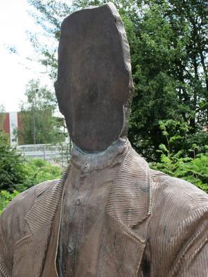 Väder och vind har nu gått så hårt åt statyn att Lim-Johans ansikte på plåten frätts bort.