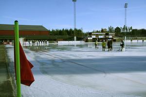 Isen på Hällåsen håller i alla fall för höstlovsbandy.