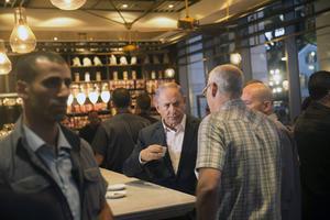 Premiärminister Benjamin Netanyahu på den restaurang där två palestinier nyligen mördade fyra israeler. Gärningsmännen greps och samtidigt straffades 83 000 palestinier som fick sitt inresetillstånd indraget.