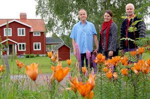Bengt Ollén, som dirigerar kofestlördagens stora konsert, tillsammans med Anna-Karin och Mats Arnberg i den idylliska miljö som varje sommar lockar massor av proffsmusiker från stora delar av Sverige till Dala-Floda.