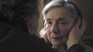"""Värdig in i det sista. 85-åriga Emmanuelle Riva skiner i """"Amour""""."""