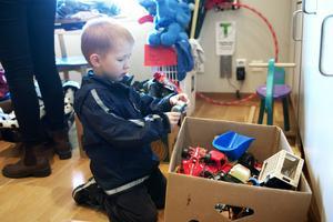 Treåriga Teo Backlund hade svårt att slita sig från leksaksbilarna.