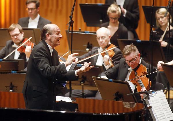 Den ungerske gästdirigenten Gábor Takács-Nagy gjorde ett stort intryck när han ledde Västerås sinfonietta i torsdagskonserten i konserthuset. Violinisterna närmast framför honom är Håkan Wikström och Örjan Högberg.
