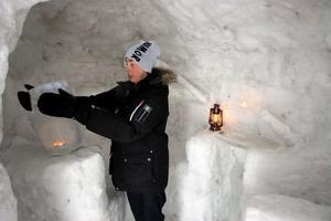 Lyktor av is lyser upp igloon och på när det är mörkt blir det fantastiska effekter.