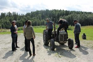 Produktionsgänget försöker få bukt på traktorn.
