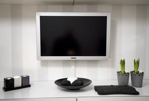 Skärmen är inte något konstigt i sig. Däremot fyller den funktionen av både dator och tv. Foto:Janne Eriksson