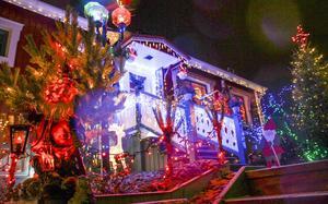 Ett hav av elektriska dekorationer. Näsvägen 13, lyser upp tillvaron i Edsbyn.