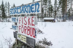 Trots förbudsskylten är det från i lördags tillåtet att fiska i Stortjärn, för den som löst det särskilda fiskekortet som ger rätt att fånga tre fiskar per dag.