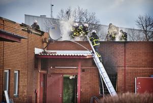 Många brandmän deltog när elden skulle släckas. Skadorna vid branden blev omfattande.
